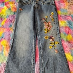 💐NWOT Embroidered Cullot Jeans💐